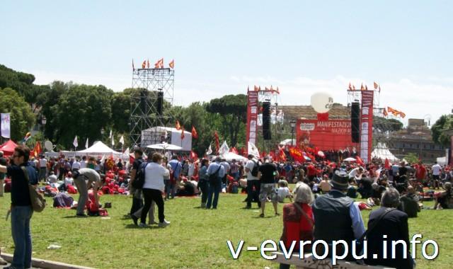 Как развлекается молодежь в Европе: кто-то отдыхает в летних лагерях, кто-то ходит на митинги.