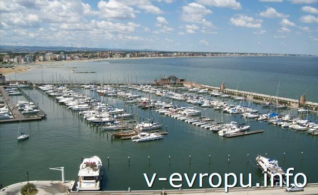 Морская гавань в итальянском курортном городке Римини. Вид с колеса обозрения