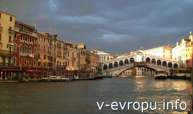 Гранд Канал Венеции и Мост Риальто в Венеции - любимое место романтиков