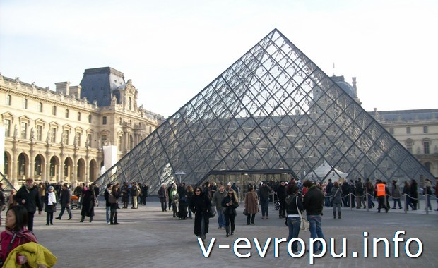 Пирамида - вход в Лувр