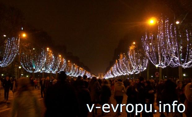 Новогодняя ночь на Елисейских Полях в Париже