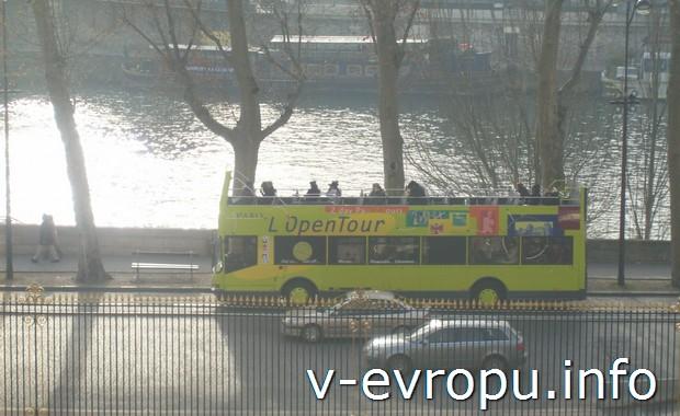 Желтые экскурсионные автобусы в Париже