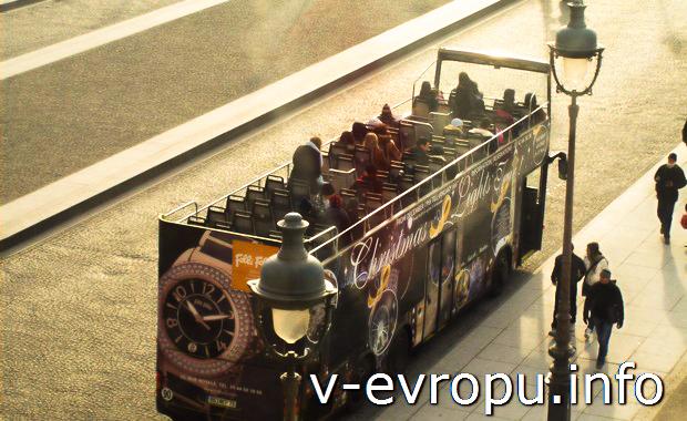 Туристический автобус в Париже