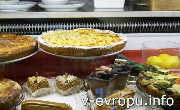 Закуски и пирожные в парижском кафе