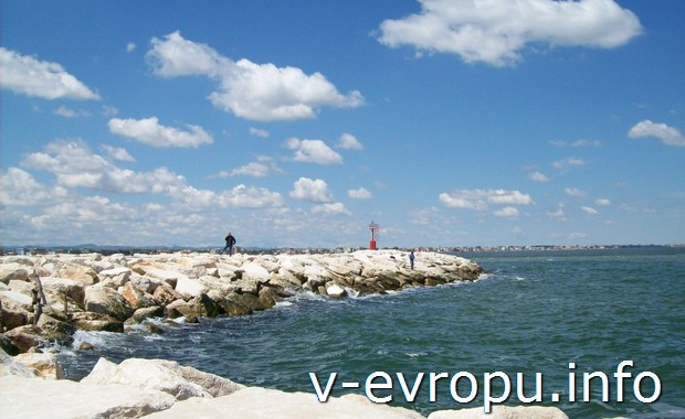 Берег Адриатического моря в Римини (Италия)