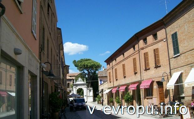 Пешая улочка в центре Равенне (Италия)