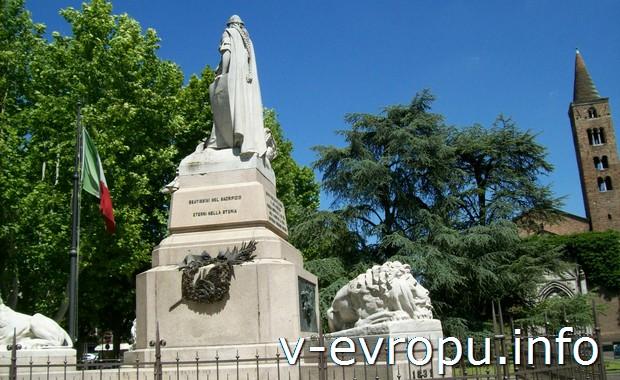 Памятник в центре Равенны