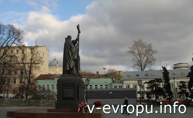 Памятник Кириллу и Мефодию на Китай-городе в Москве