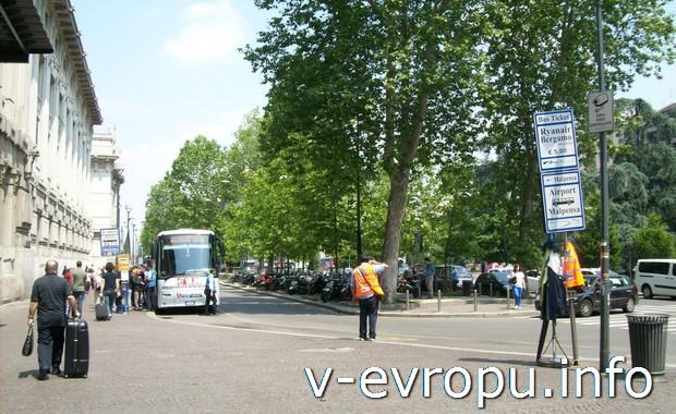 Остановка шаттловых автобусов у главного жд Милана до аэропорта Бергамо Орио