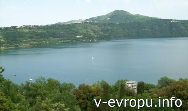 Озеро Альбано в Кастель-Гандольфо в окрестностях Рима