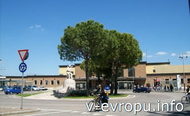 По малым городам Италии удобно перемещаться на велосипеде. (Равенна)