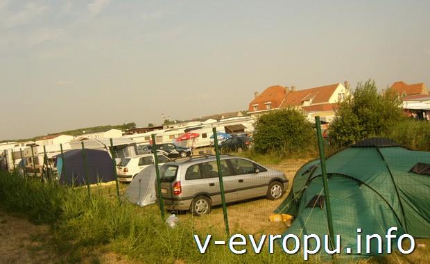 Место для стоянки автомобиля и установки палатки в кемпинге на берегу Северного моря недалеко от городка Остенде в Бельгии