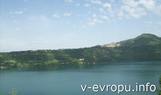 Озеро Альбано в городке Кастель-Гандольфо. От Рима ехать на электричке 40 минут.