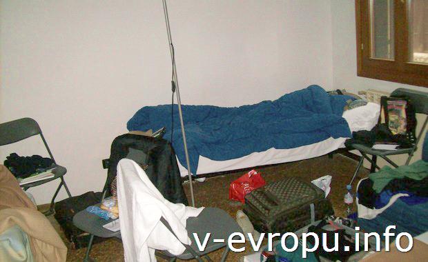 Вот в таком бардаке жили молодые девицы из Германии в одном хостеле в Венеции. Одна из них к тому же безбожно храпела!