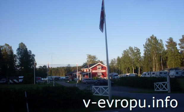 Въезд в придорожный кемпинг в финском городке Умео