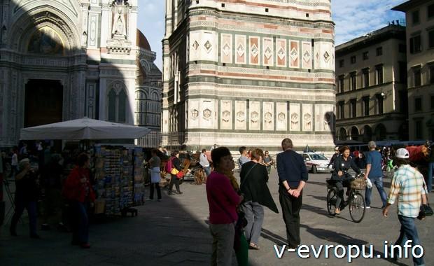 На велосипеде по Флоренции на площади Санта Мария дель Фьоре