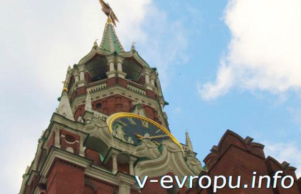 Часы на Спасской башне на Красной площади в Москве