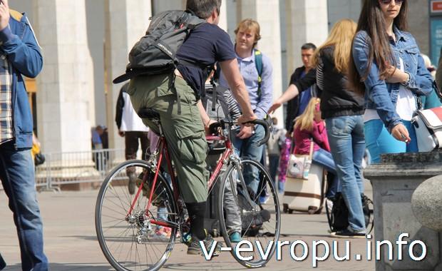 Велосипедист на улицах Москвы