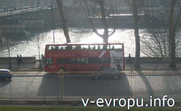 Красный туристический автобус в Париже