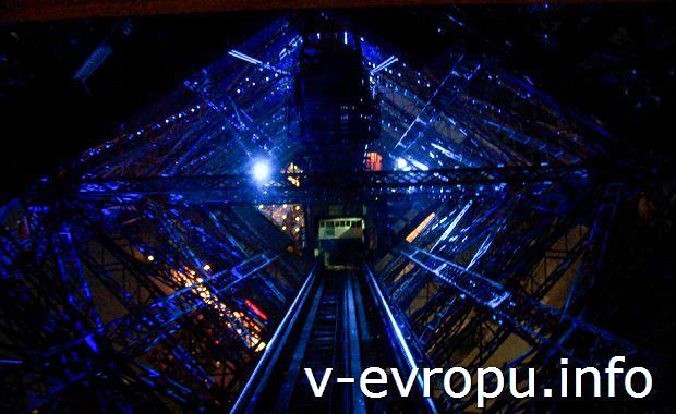 Лифт на панорамную площадку Эйфелевой Башни ночью