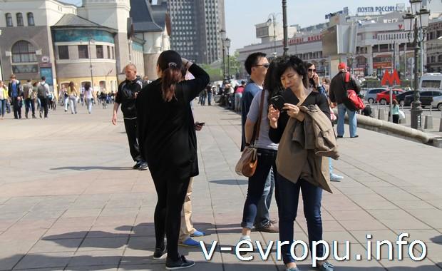 Иностранные туристы у Ленинградского вокзала в Москве