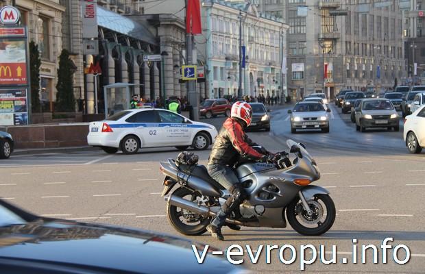 Путешествие в Европу на автомобиле началось в Москве. Трафик на Тверской в выходной день