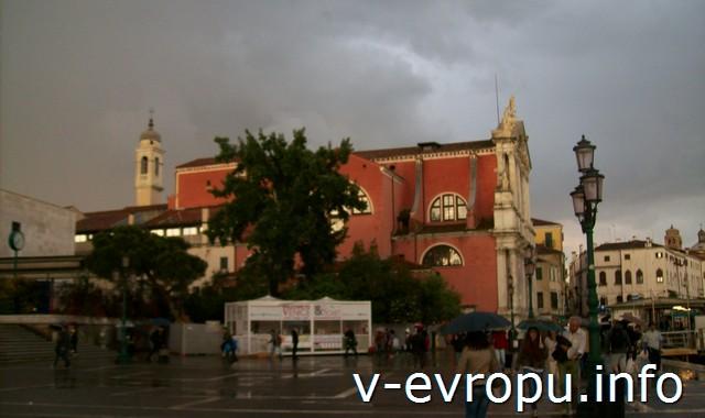 Церковь в центре Венеции перед грозой