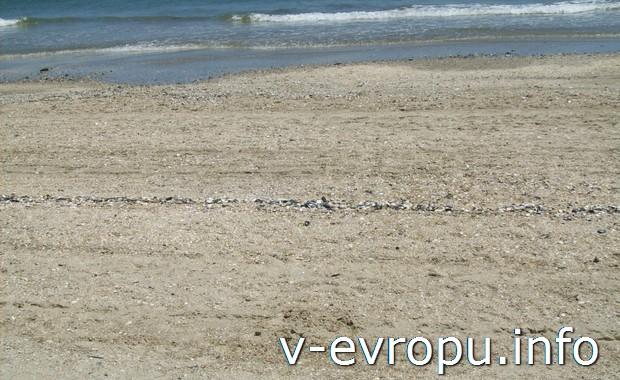 Песок на пляжах Равенны в Италии