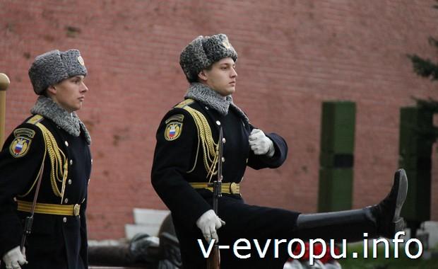 Смена караула у Вечного огня в Москве