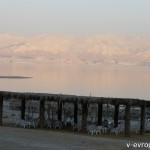 На платных пляжах Мертвого моря есть лежаки