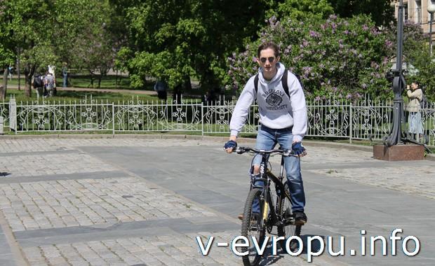 Велосипедист в парке на Китай-городе в Москве