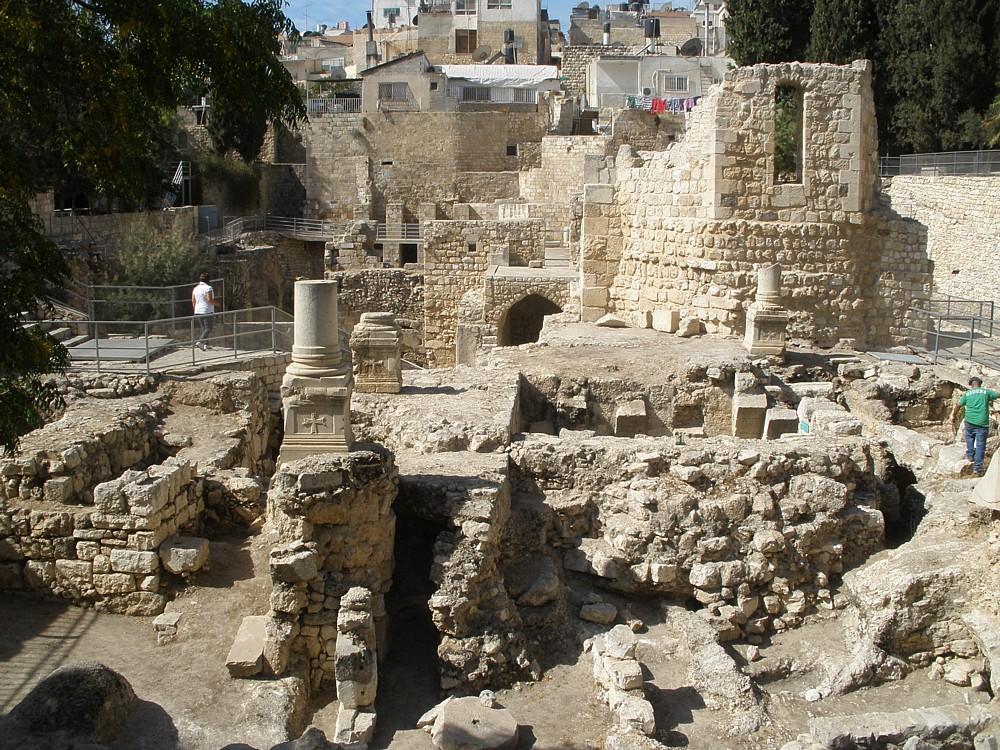 Исторические руины возле церкви Святой Анны