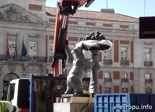 Медведь - символ Мадрида на плаза де Соль