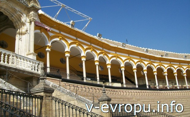 Зрительские места стадиона корриды в Севильи