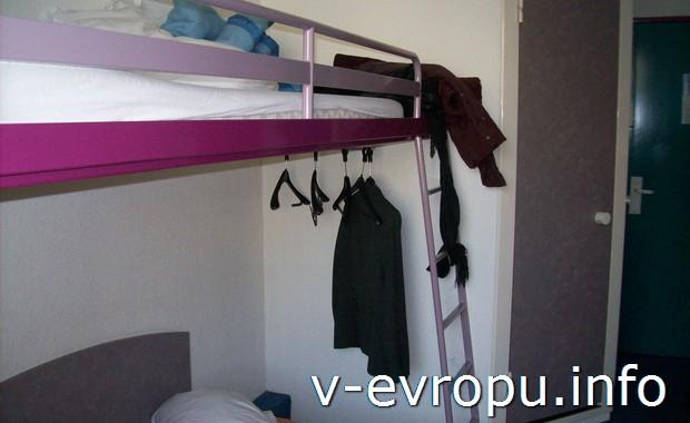 Номер в бюджетном отеле Парижа