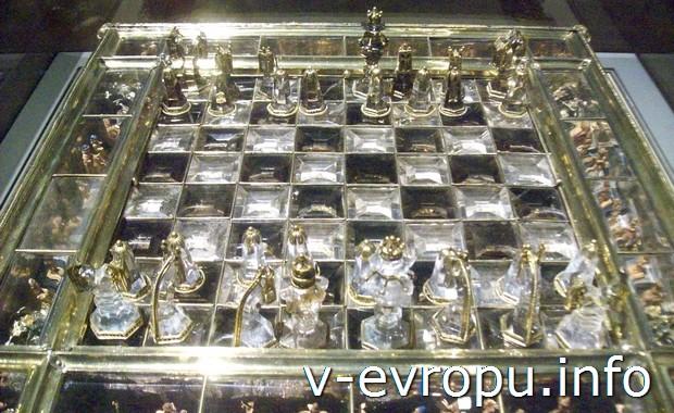 Экспонат в Лувре. Париж