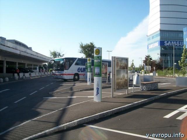 Автобусная остановка в аэропорту Вены Швехат