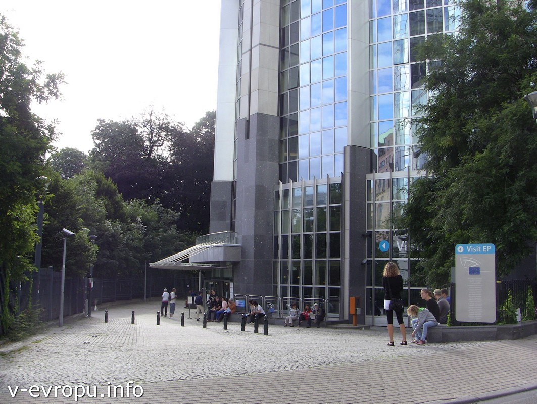 Вход для посетителей у центра посещения Европарламента