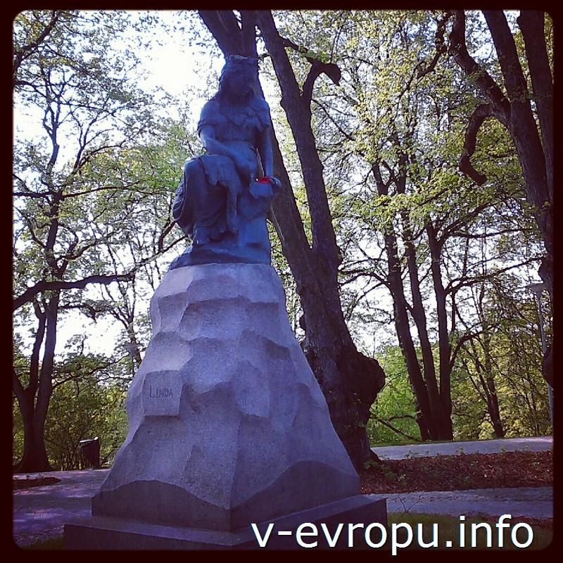Статуя Линды - жены Калева - находится в парке Falgi