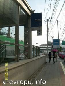 Вход в метро в Бангкоке - неприметная буква М