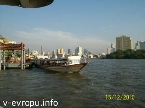 Скоростные лодки-экспрессы вдоль реки Чао Прайя в Бангкоке