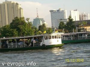 Паромы через реку Чао Прайя в Бангкоке