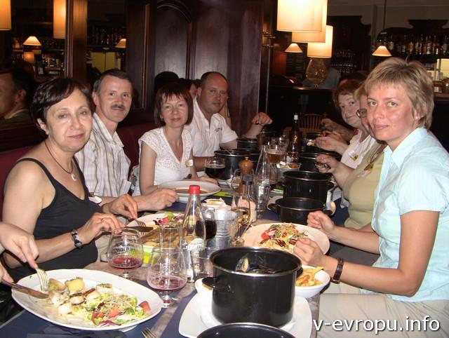 Участники встречи в ресторане за дегустацией морепродуктов