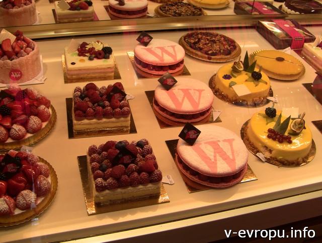 Обязательно попробуйте шоколад и пирожные в столице Европы