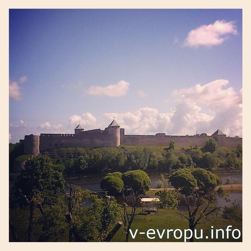 В Темном саду дух захватывает от панорамы Ивангородской крепости