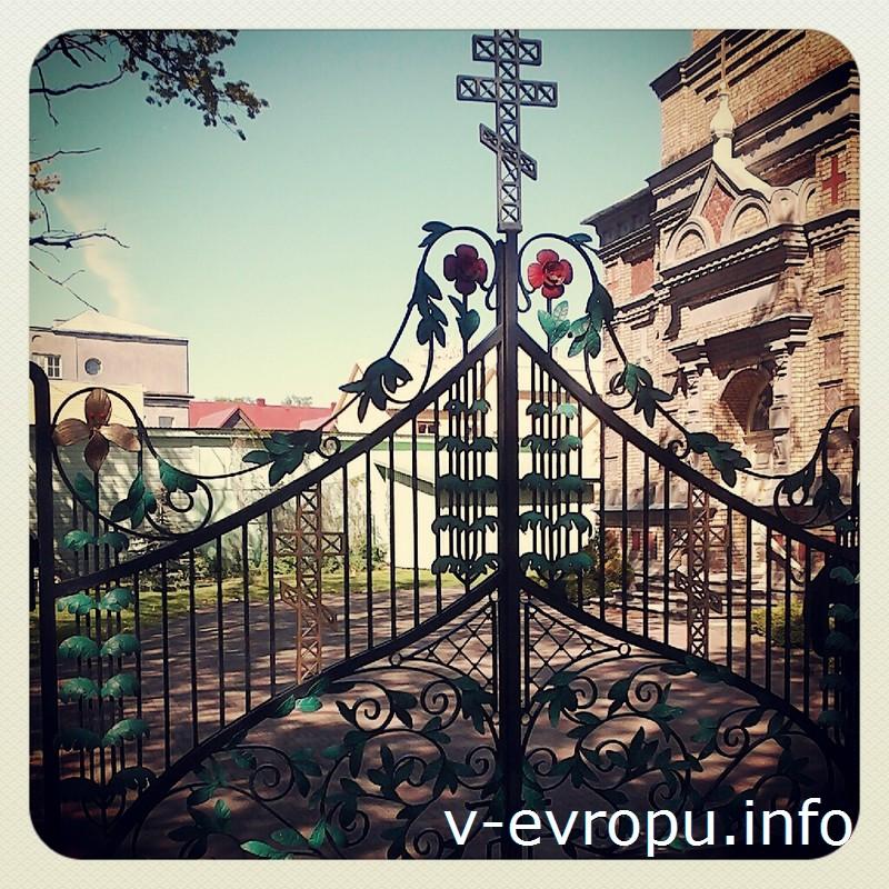 Глаз не отвести от кованой ограды Церкви Преображения в Пярну