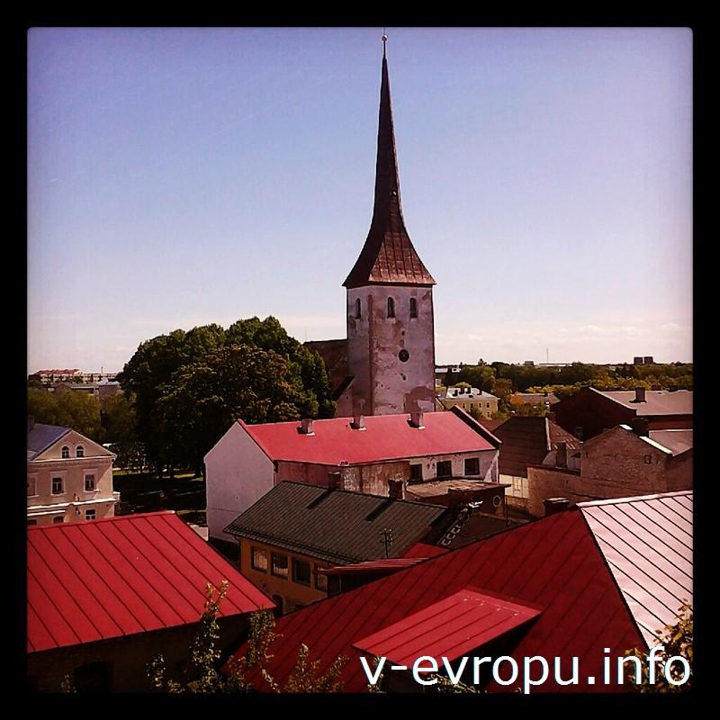 68-метровая башня лютеранская церковь Святой Троицы видна в Раквере с любой точки