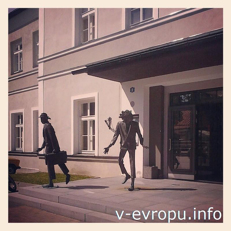 Скульптуры актеров перед зданием Ракверского театра