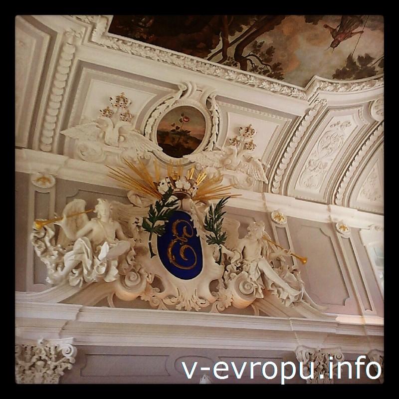 В Кадриоргском дворце обратите внимание на плафонную живопись и лепнину парадного зала