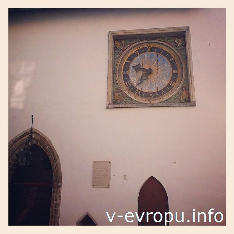 Часы на фасаде церкви Святого Духа отсчитывают время с 17-го века